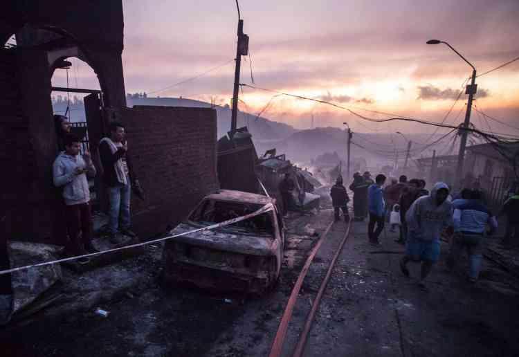Un gigantesque incendie a commencé lundi 2janvier à ronger des collines du grand port chilien de Valparaiso.