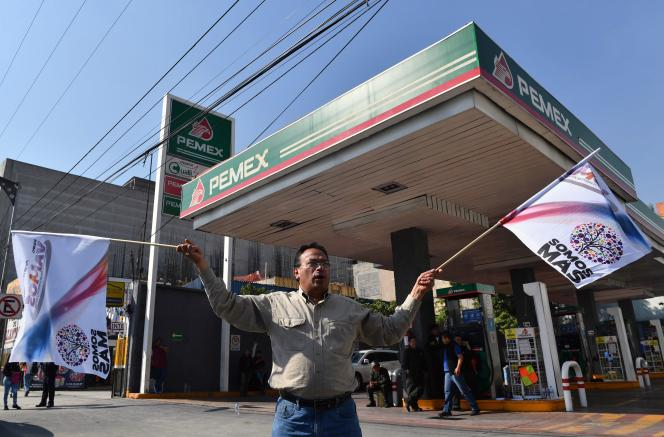 Un homme manifeste contre la hausse des prix du carburant devant une station-essence de la compagnie d'Etat Pemex, à Mexico, le 3 janvier 2017.