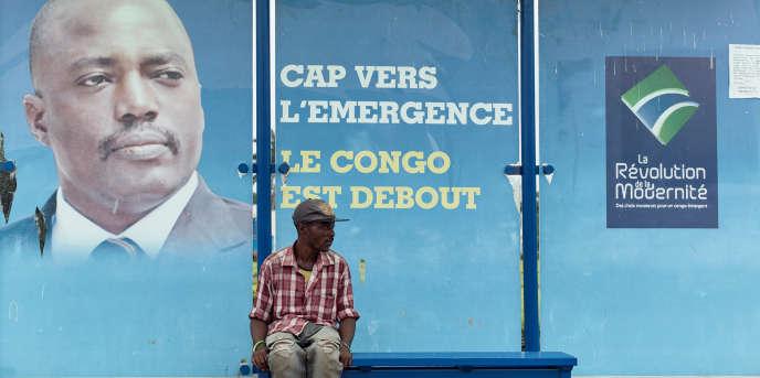 Un vendeur à un arrêt de bus, dans le centre-ville de Kinshasa.