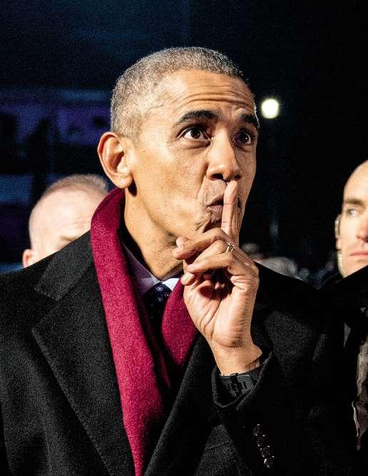 Ça sent le sapin. En ce 1erdécembre, Barack et sa famille assistent pour la dernière fois à l'illumination des décorations de Noël de la Maison Blanche. Lancée par Calvin Coolidge en 1923, la cérémonie, animée par l'actrice Eva Longoria, est l'occasion pour le président de démontrer une dernière fois sa science de la mise en scène, et aussi sa maîtrise de l'écharpe. Car, et Barack Obama le sait, moins une écharpe est nouée, moins elle tient chaud, mais plus elle est élégante. Et, par les temps qui courent, n'est-ce pas d'abord l'image qui compte ?