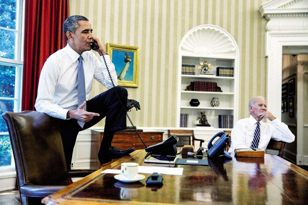 Cinq ans plus tard, Barack Obama est bel et bien dans laplace. Au côté du poteau Joe Biden, le président américain défend contre vents et marées le système de protection sociale Obamacare. Mais ne vous y trompez pas, lavéritable révolution de son premier mandat est ailleurs: pour gagner en aisance, Obama a décidé de tomber laveste dans le bureau Ovale. Alors que son prédécesseur, GeorgeW. Bush, avait justement fait du port de la veste dans le bureau présidentiel une obligation absolue. Au fond, yes, he can !