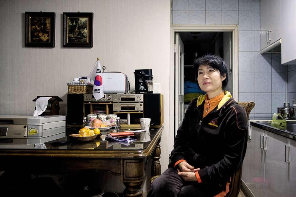 Les immeubles sont vétustes, les façades décrépites… Bâties en 1979, les barres photographiées à Séoul par Sébastien Cuvelier ne paient pas de mine. Le complexe immobilier est pourtant un des plus chers de Corée du Sud. Situé dans le très chic quartier de Gangnam, il est entouré des meilleures écoles et d'une multitude de cours privés.Dans les immeubles, les «tongjang» — telle Jang Raechan— font le lien entre les habitants et le service chargé de la gestion d'Eunma Town.