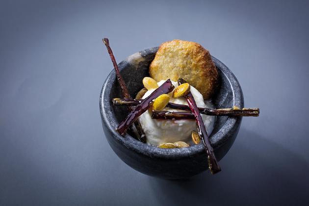 Le dessert anti-gaspi : faisselle, tiges de betteraves confites et biscuits à la peau de lait.