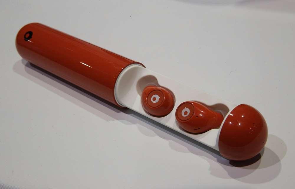Les écouteurs sans fil Air de Crazybaby dans leur chargeur portatif.Ils stockent assez d'énergie pour 3 heures d'utilisation et peuvent être complètement rechargés jusqu'à cinq fois grâce au boîtier.