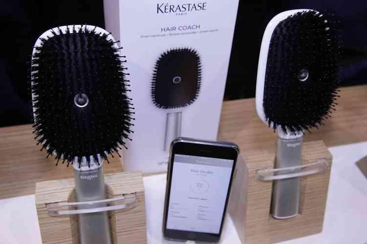 Le coach à cheveux de Kerastase Withings et son application aide les gens à prendre soin de leurs cheveux.C'est la première brosse à cheveux développée en collaboration avec l'incubateur technologique de recherche et d'innovation de L'Oréal.