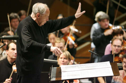 Picture taken on October 17, 2008 shows French conductor and composer Pierre Boulez conducting the SWR Symphony Orchestra during the opening concert of the Donaueschinger Musiktage music festival in Donaueschingen, southern Germany. French composer, conductor Pierre Boulez died at the age of 90 on January 5, 2016 in Baden-Baden, southern Germany. / AFP PHOTO / dpa / Rolf HAID / Germany OUT