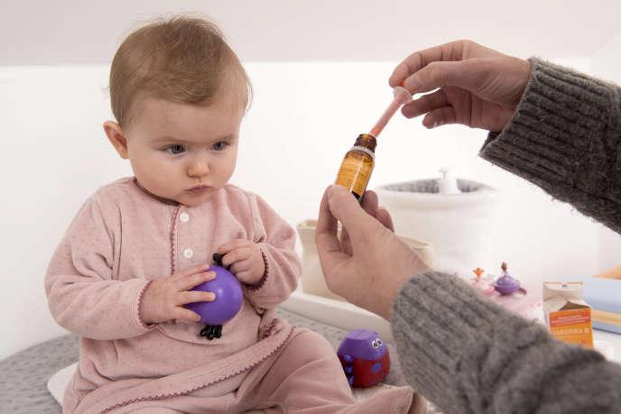 Enfant de 6 mois prenant de la vitamine D, Uvesterol D, fabriqué par le groupe Crinex.