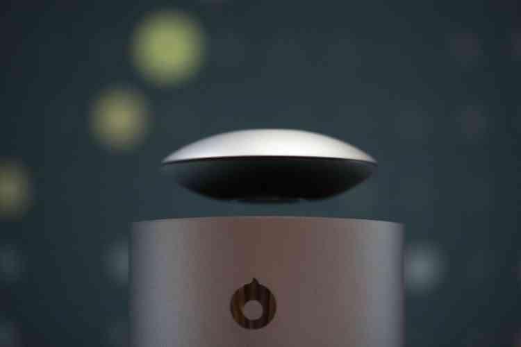L'enceinte sans fil Mars de Crazybaby, en forme de soucoupe, independante, transportable, lévite au-dessus de son caisson de basses quand elle se recharge ou est en fonction à la maison.
