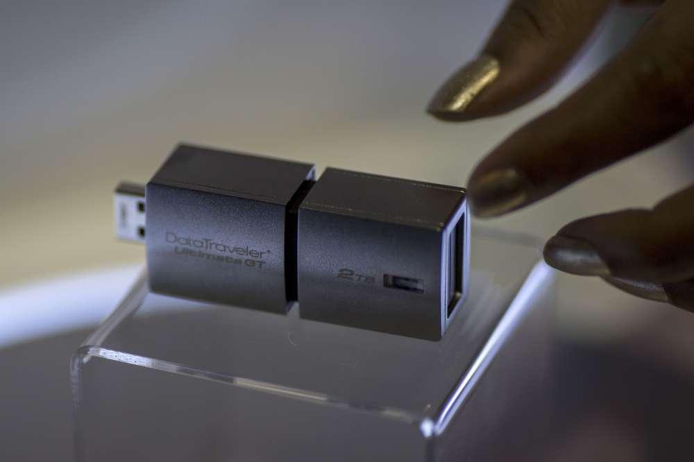 Une clé Kingston 2T Data Traveler GT pouvant stocker jusqu'à deux terra de données (2000 Go).