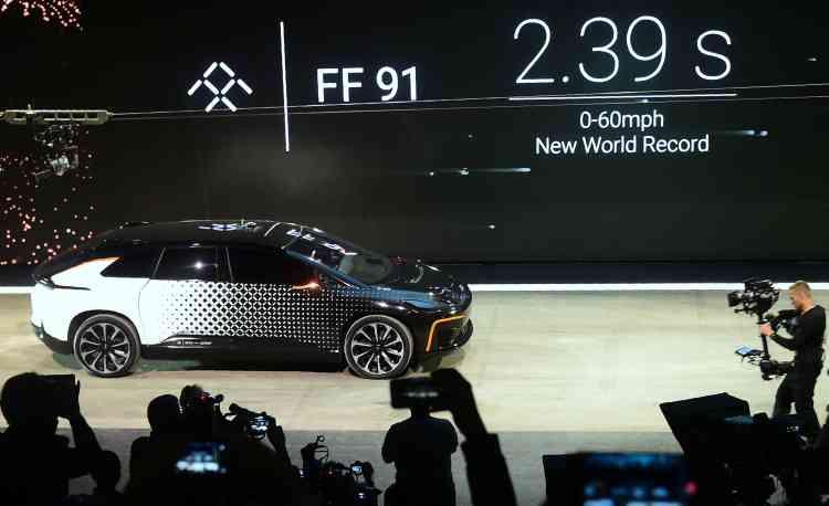 Le véhicule électrique FF91 de Faraday Future fait une apparition sur scène lors de la conférence de presse de l'entreprise.