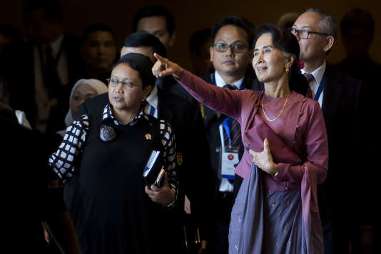 Aung San Suu Kyi (à droite), lors d'une réunion de l'ASEAN le 19 décembre 2016 à Rangoun.