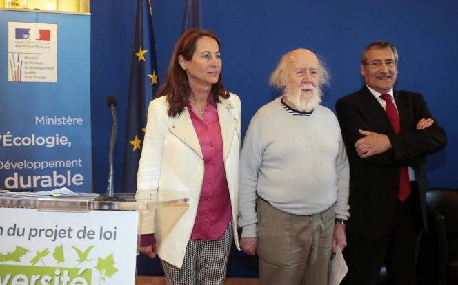 Ségolène Royal présentant le projet de loi biodiversité, aux côtés d'Hubert Reeves, président de l'ONG Humanité & Biodiversitéet de Gilles Bœuf, président du Muséum national d'Histoire naturelle, à Paris le 12 mars 2015.