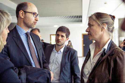 Les avocats FrançoisHonnorat (à gauche)et Charles Joseph-Oudin (au centre) avec IrèneFrachon, la pneumologue à l'origine de l'affaire du Mediator (ici au tribunal de Nanterre, le 14 mai 2012).