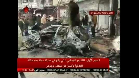 La chaîne d'Etat Al-Ikhbariya Al-Souriya a diffusédes images d'une voiture en flammes et de gens attroupés près du lieu de l'attentat, à proximité du stade municipal, dans une rue très fréquentée.