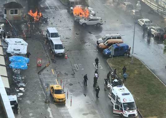 Des ambulances sont dépêchées sur le site de l'attentat à la voiture piégée, à Izmir, le 5janvier.