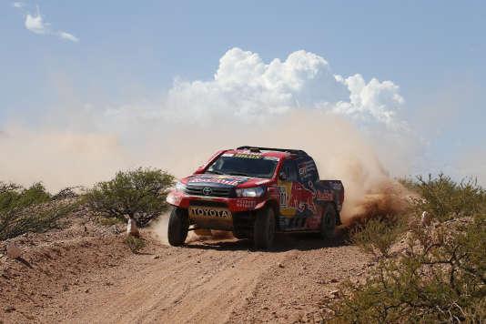 Le pick-up Toyota de Nasser Al-Attiyah et Matthieu Baumel menait encore au début de la seconde partie de spéciale, le 4 janvier.