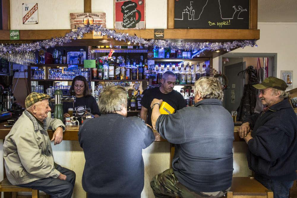 M. et Mme Duval derrière le comptoir de leur épicerie-bar, à Borée.Le sort de leur commerce nourrit les inquiétudes. Il y a cinquante ans, il y avait encore onze bistrots à Borée. Aujourd'hui LeMontagnard est le dernier commerce du village.