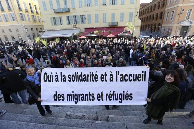 Quelque 300 personnes se sont rassemblées devant le palais de justice pour soutenir Cédric Herrou, à Nice le 4 janvier.