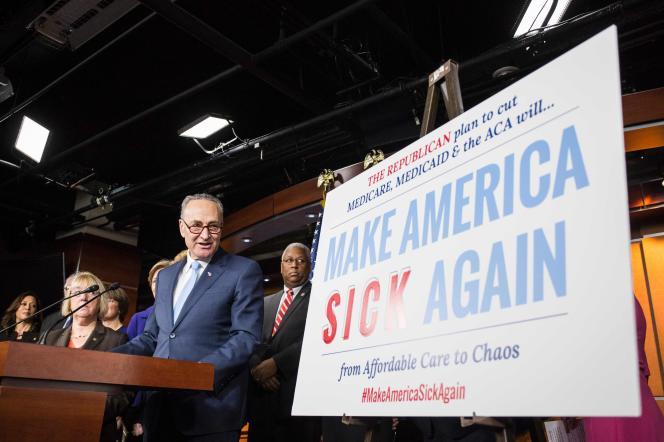 Le chef de la minorité démocrate Chuck Schumer présente son plan pour protéger l'Obamacare lors d'une conférence de presse à Washington, le 4 janvier.