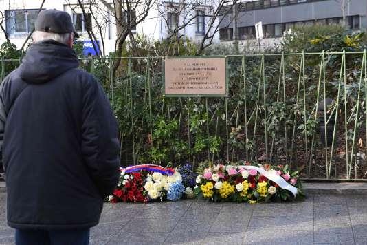 Devant la plaque en mémoire au policier Ahmed Merabet, assassiné le 5 janvier 2015 sur le boulevard Richard-Lenoir à Paris.