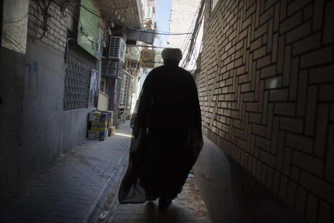 Un séminariste dans les rues de la vieille ville de Nadjaf, le 21 mai 2016.