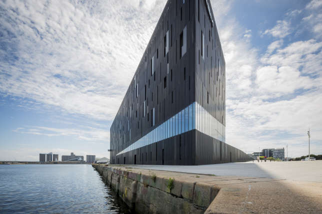 L'Ecole nationale supérieure maritime, sur le port du Havre, a remporté l'ArchiDesignClub Award 2016.