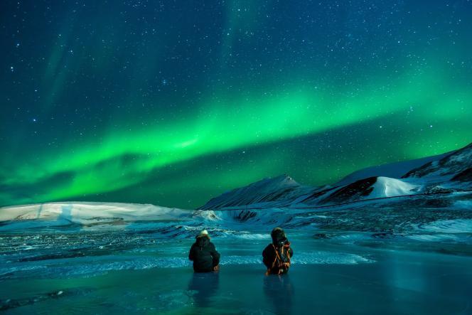 Forêts, lacs aux eaux cristallines et aurores boréales en Finlande.