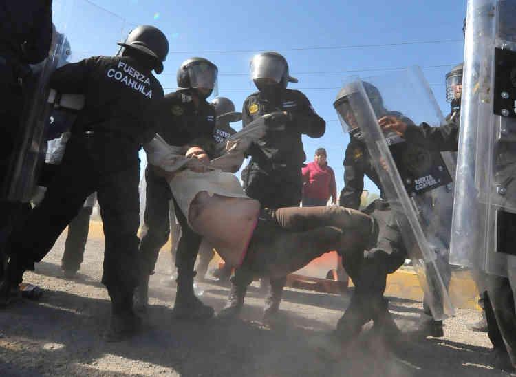 Des policiers arrêtent un manifestant, à Monclova, dans l'Etat de Coahuila, le 5janvier.
