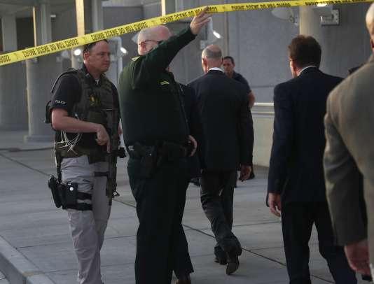 Le suspect est arrivé à Fort Lauderdale un peu avant 13 heures (19 heures à Paris) en provenance de l'Alaska, sur un vol en correspondance, ont annoncé les autorités. Il a chargé son arme, un pistolet semi-automatique 9 mm, dans les toilettes, puis a tiré sur les autres passagers attendant aux abords des carrousels en ressortant, a précisé le commissaire du comté de Broward, Chip Lamarca.