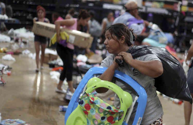 Les gens pillent un magasin à Veracruz, le 5janvier. Si la situation s'est calmée, le même jour dans la capitale, le chaos a gagné plusieurs autres régions du pays, indique l'AFP.