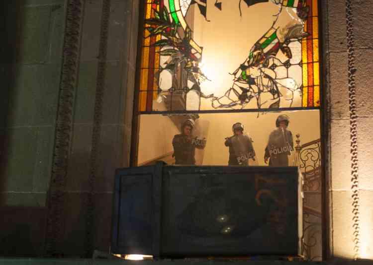 La police tente de protéger le palais du gouverneur, à Monterrey, le 5janvier.