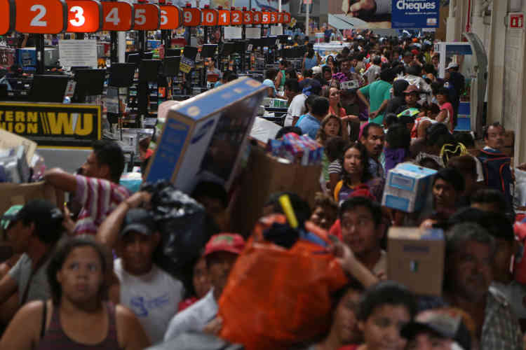 A Veracruz, un supermarché est dévalisé, le 5janvier. Quelque 250 magasins ont été saccagés et plus de 530personnes arrêtées. Dans la capitale, environ 9000 policiers supplémentaires ont été déployés afin d'éviter d'autres vols.