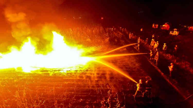 Dans la communauté d'Ixtlahuaca, des pompiers s'efforcent d'étouffer un incendie provoqué par une tentative de vol de carburant sur un pipeline de Pemex, l'entreprise publique chargée de l'exploitation du pétrole,le 5janvier.