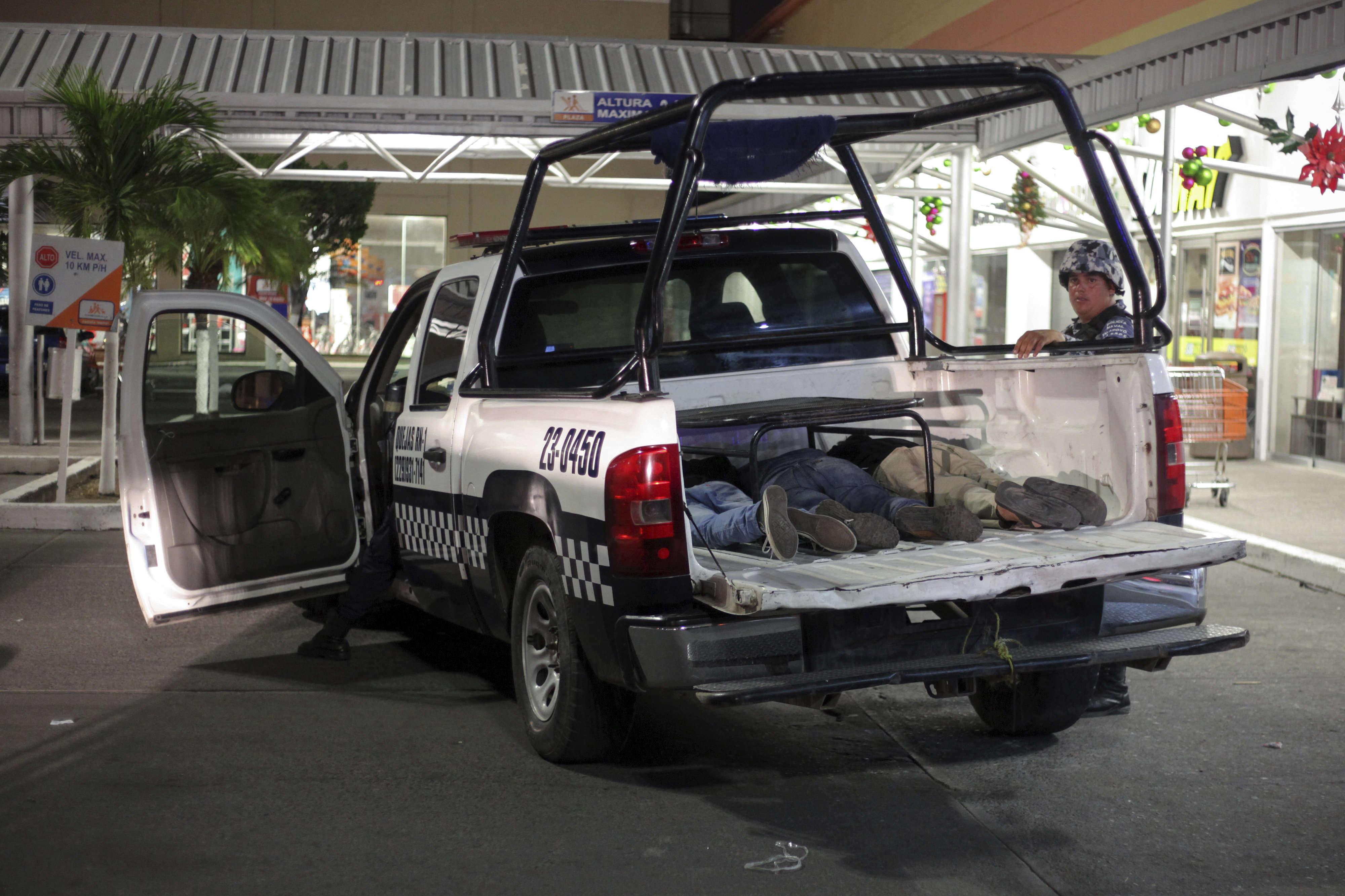 Des suspects sont détenus dans un camion de police de la marine après un pillage dans la ville portuaire de Veracruz, le 4janvier.
