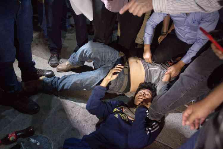 Deux manifestants blessés pendant une émeute à l'extérieur du musée du Palacio de Gobierno, à Monterrey, capitale de l'Etat de Nuevo Leon, le 5janvier.