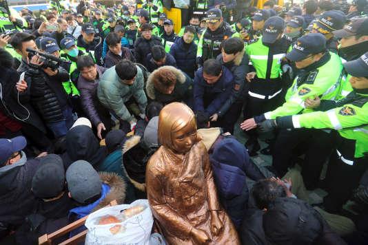 La statue d'une« femme de réconfort» devant le consulat japonais de Busan, en Corée du Sud.