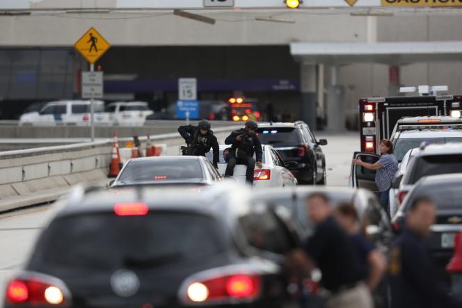 Lors de l'intervention des forces de police à l'aéroport international deFort Lauderdale-Hollywood en Floride, vendredi 6 janvier.