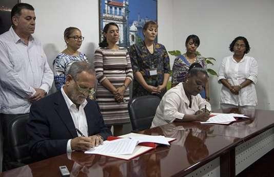 Les patronsdes entreprises cubaine Cubaexport (à droite) et américaine Coabana trading LLC ont signé le 5 janvier 2017 un accord pour l'exportation vers les Etats-Unis de charbon végétal.