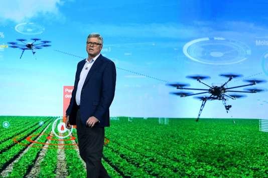 Le patron de Qualcomm, Steve Mollenkopf, s'exprime devant un tableau bucolique de drones agricoles.