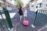 Une maman emmène sa fille à l'école.