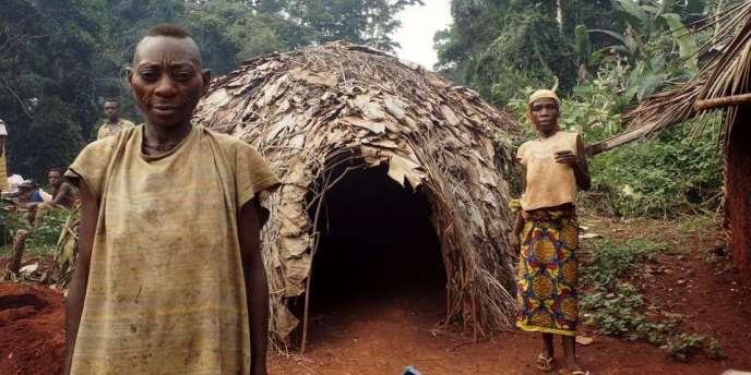 Couple de Baka devant sa hutte au Cameroun.