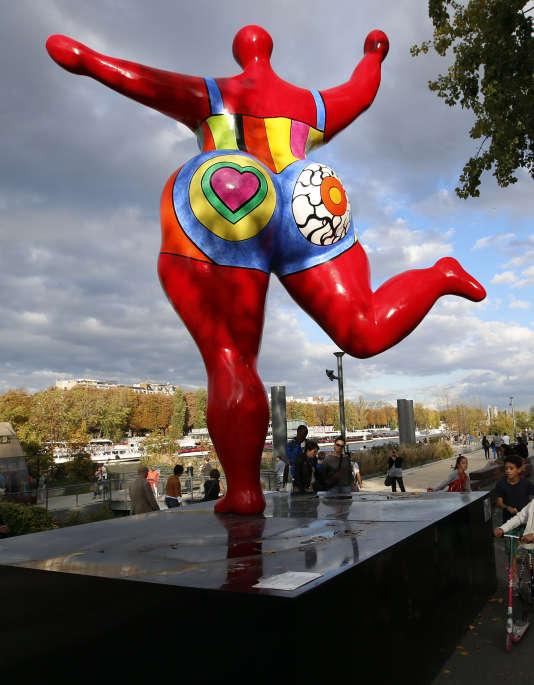Une sculpture de Niki de Saint Phalle, intitulée «Dancing Nana» 1995, exposée sur les quais de la Seine à Paris le dimanche 19 octobre 2014.