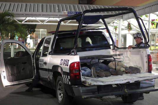 Des suspects de pillages arrêtés par la police, à Véracruz, le 4 janvier.