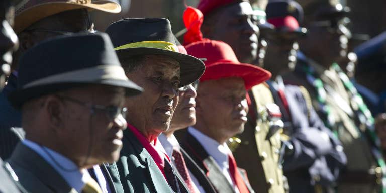 Délégation herero et nama lors de la cérémonie de restitution, le 30 septembre 2011, de vingt crânes de membres de ces ethnies namibiennes que les Allemands avaient envoyés à Berlin, au début du XXe siècle, à des fins de « recherches anthropologiques». L'Allemagne a colonisé le « Sud-Ouest africain» de 1884 à 1916.