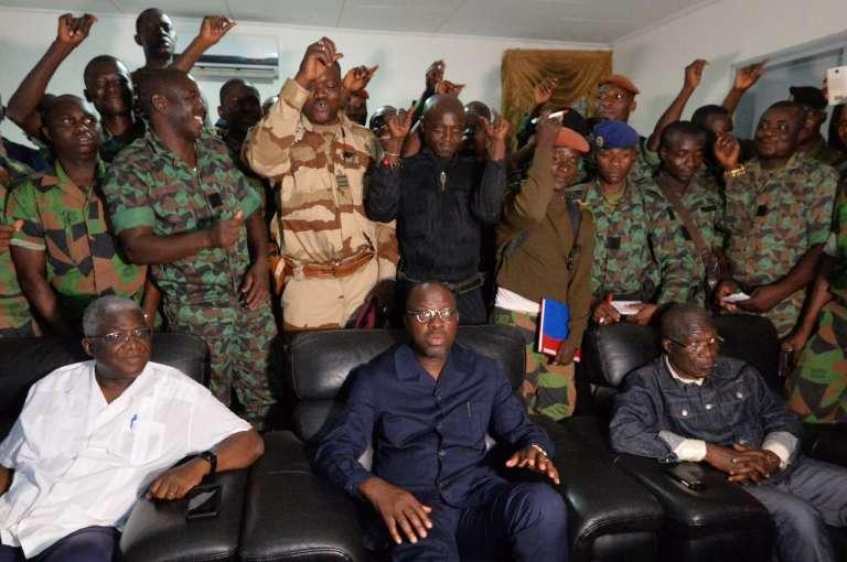 Le minstre ivoirien de la défense, Alain-Richard Donwahi (au centre), à l'issue de ses discussions avec les militaires à Bouaké, samedi 7 janvier.