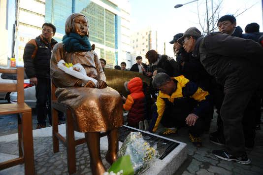 Devant le consulat japonais à Busan (Corée du Sud), le 30 décembre.
