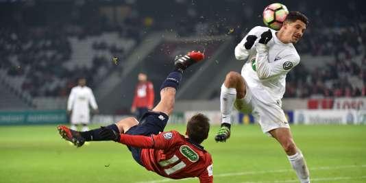 Le Lillois Eric Bautheac (à gauche) face au joueur de l'Excelsior Saint-Joseph, Jacques Grondin, samedi 7 janvier.
