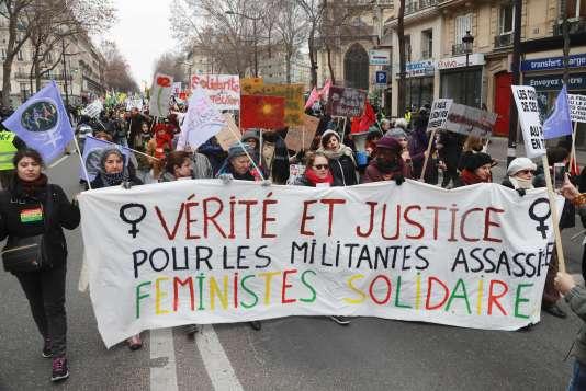Une banderole dans la manifestation, devant la gare du Nord à Paris, réclame la «vérité et la justice pour les militantes assassinées», le 7 janvier 2017.