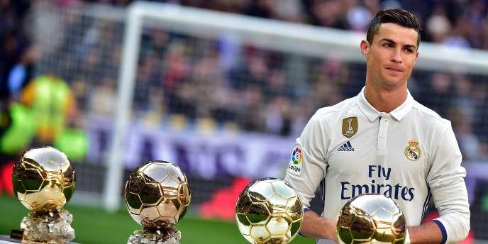 Cristiano Ronaldo a exposé ses quatre Ballons d'or avant le match face à Grenade le 7 janvier à Madrid.