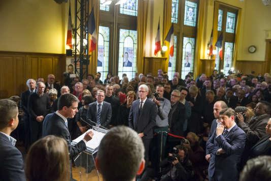 Manuel Valls, candidat à la primaire de la gauche, participe à un meeting de campagne dans la salle François-Mitterrand de l'hôtel de ville de Liévin (Pas-de-Calais), dimanche 8 janvier.